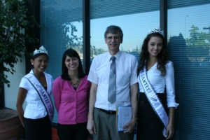 Miss Santee Teen Lizzie Lingasin (l) and Miss Santee Heather DePriest (r) join Alexis Rodriguez of JDRF and Dr. Albert Klitzke